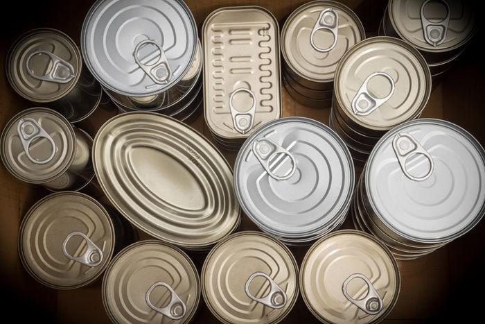 たくさんの缶詰の画像