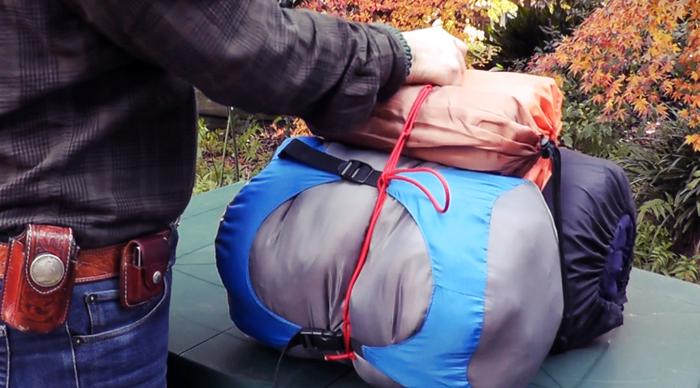 荷物をまとめていてロープで縛っている様子
