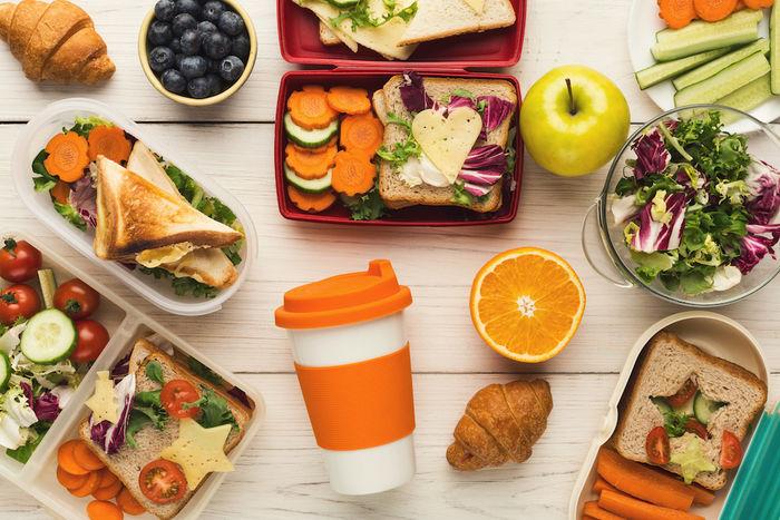 お弁当や果物、野菜の写真