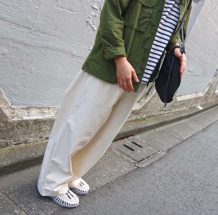 白のワイドパンツを履いた女性の写真