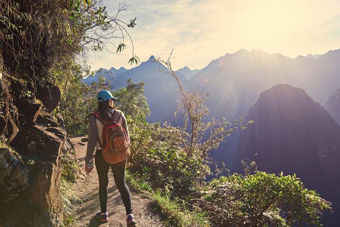山をハイキングしている女性の写真