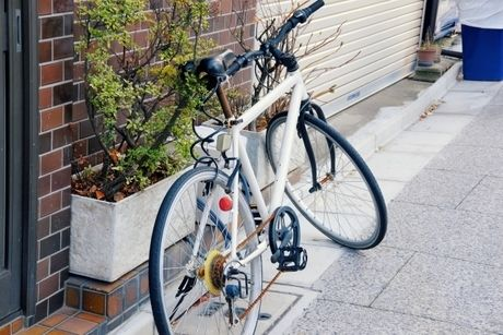 街中に止まっているロードバイクの写真