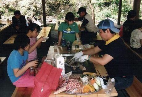 アメリカキャンプ村でバーベキューをしている写真