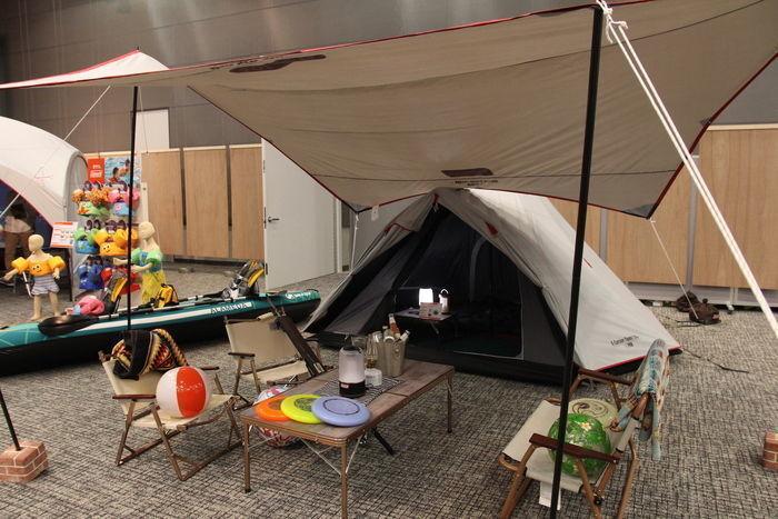 室内に貼ってあるテントの写真