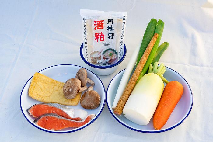 粕汁の食材を並べている写真