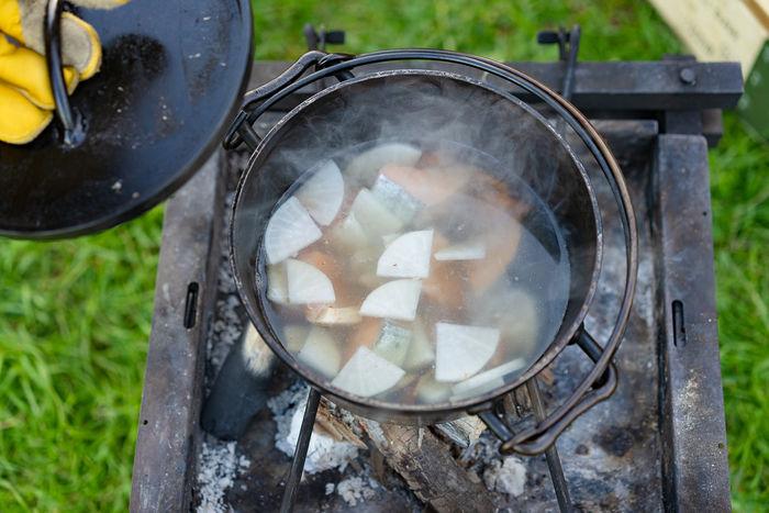 根菜系の食材をダッチオーブンで煮詰めている写真
