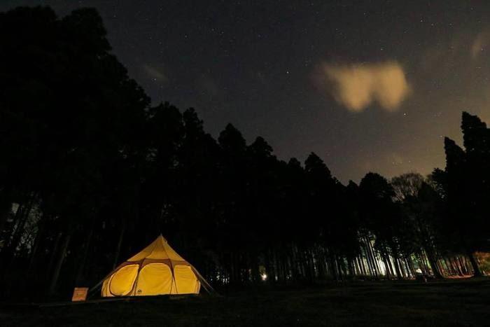灯りのついたロータスベルテントの写真