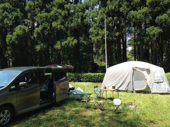 車の横に張ってあるテントの写真