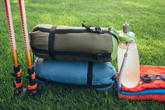 芝生の上のキャンプ用品