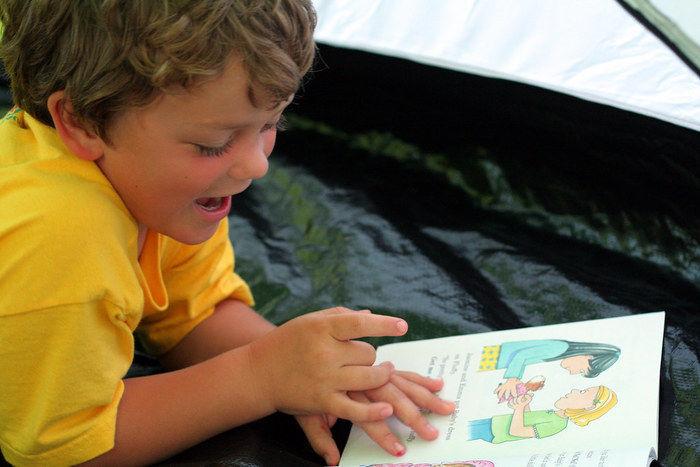 本を読んでいる子供
