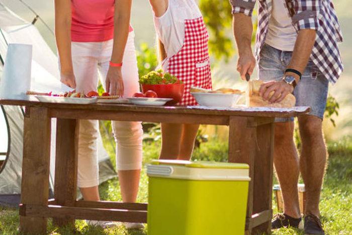 虫除けリングをつけてキャンプで食事を楽しんでいる人達の写真