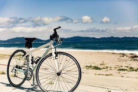 海沿いに止められるクロスバイク