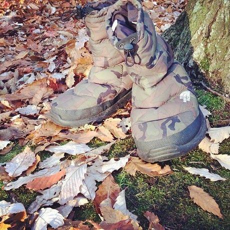 落ち葉の中のヌプシブーツ