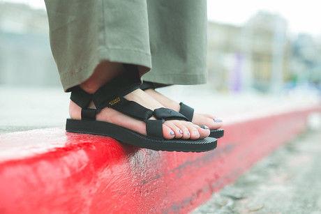 テバのサンダルを履いた女性の足元