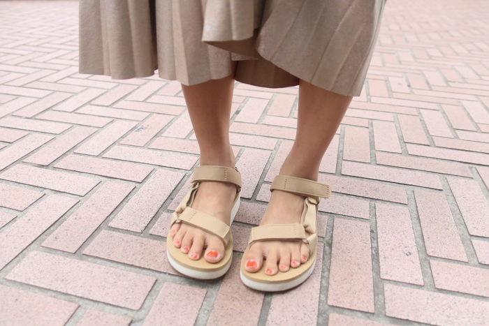 tevaのサンダルを履いている女性の足元の写真