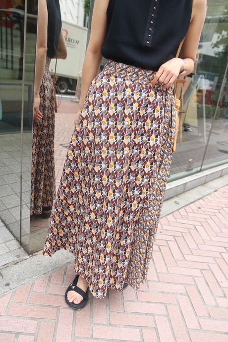 バティッ柄のロングスカートを履いている女性の写真