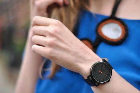 timexの腕時計をつけた女性