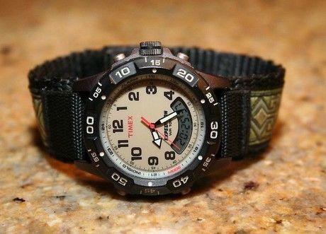机に置かれたtimexの腕時計