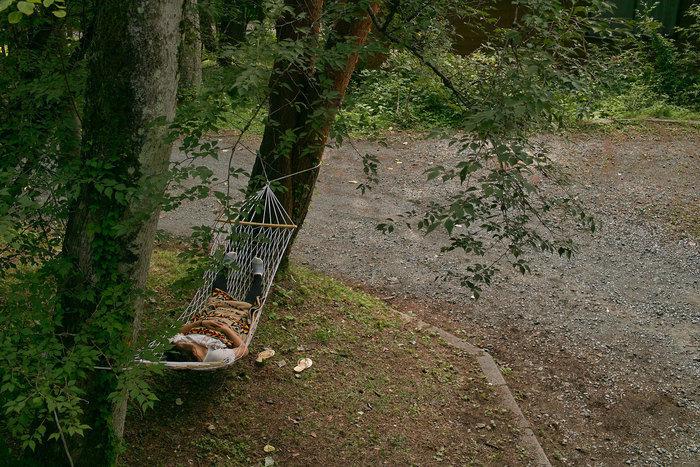 ハンモックで寝る男性