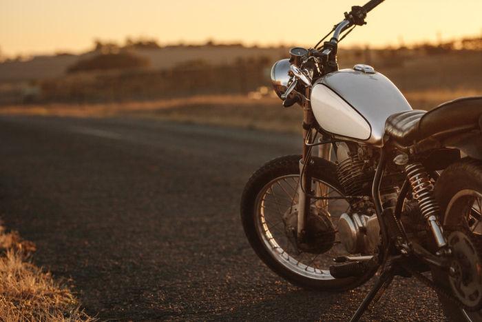 勇気に当たっているバイクの写真