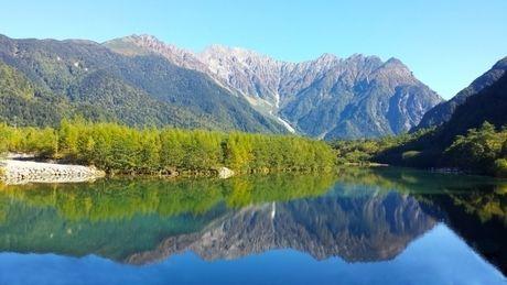 林に囲まれた湖の写真