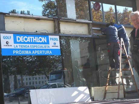 デカトロンの店舗前
