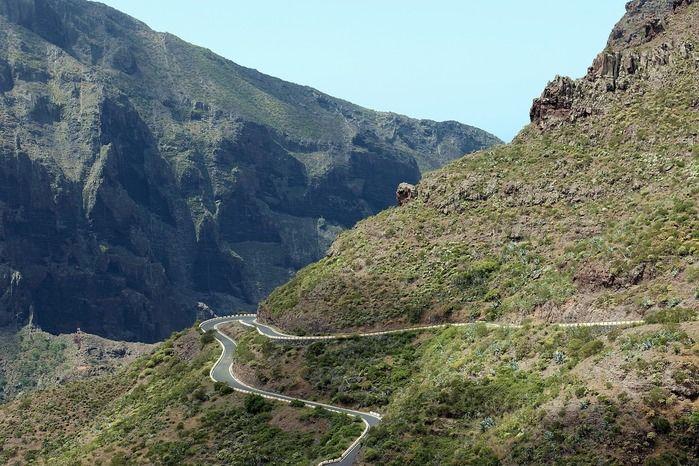 急な斜面の山道の写真