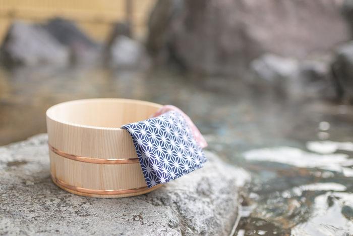 露天風呂に置いてある桶とタオルの写真