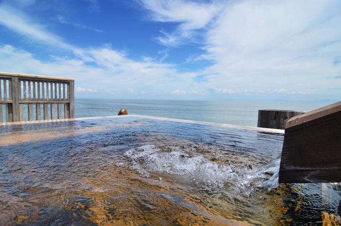 オートキャンプ場マリンビュー周辺の温泉施設の露天風呂の写真