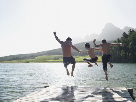 湖で遊んでいる人たちの写真