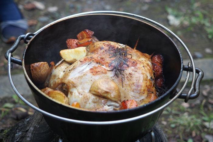 ダッチオーブンで調理したキャンプ料理
