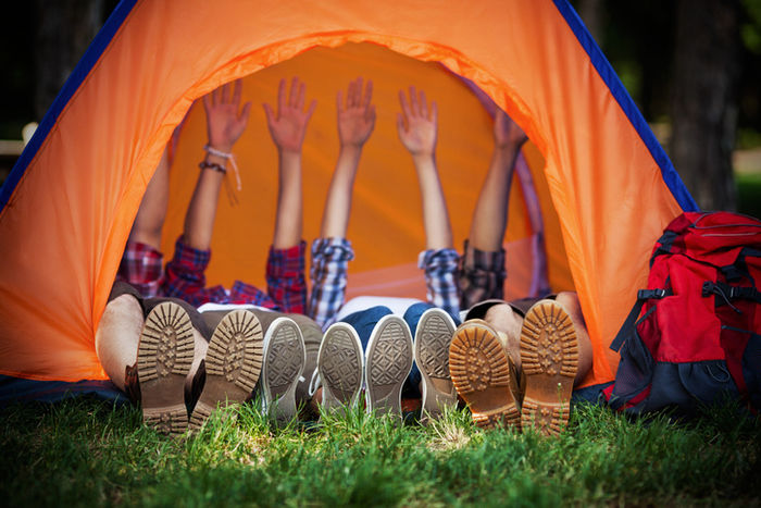 テントで体を横にしている