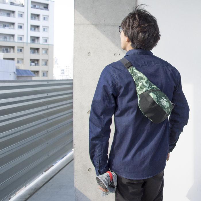 チャムスのバッグを持った男性