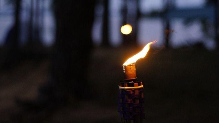 火が灯っているランプの写真