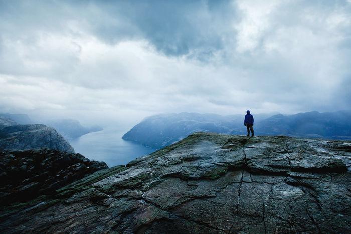 雨の中登山する男