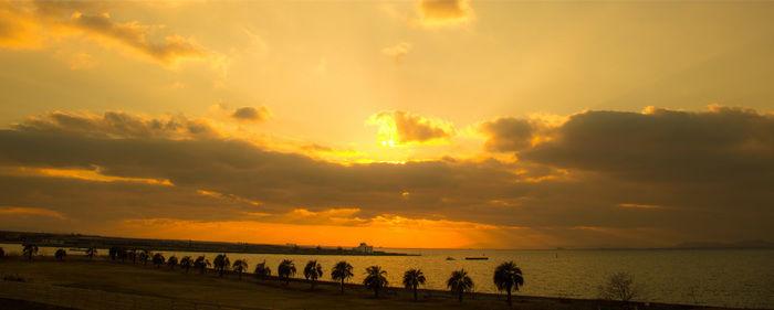 海沿いから見える夕焼けの写真