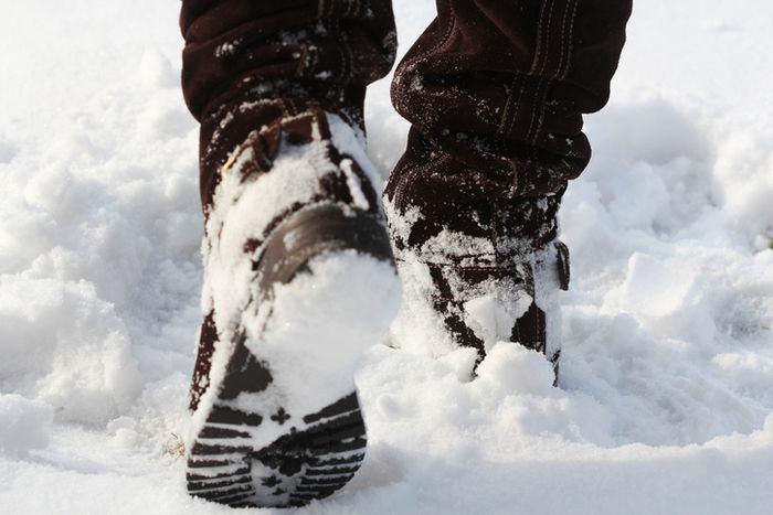 雪の中を歩くブーツ