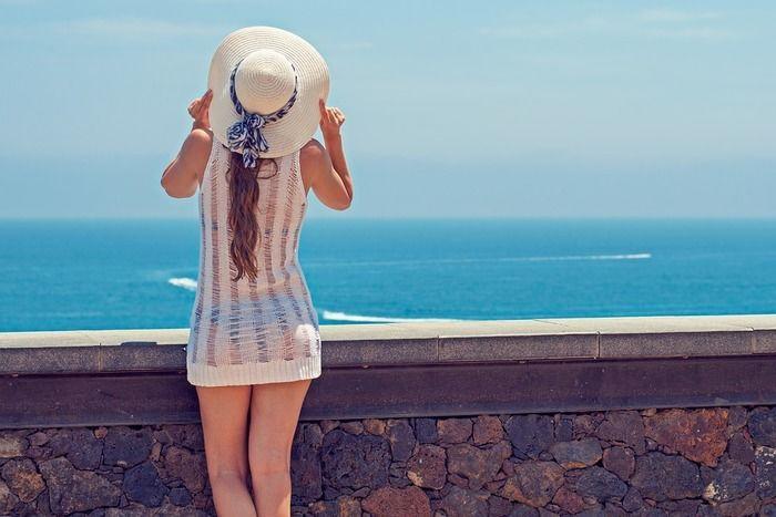 帽子をかぶった女子の後ろ姿