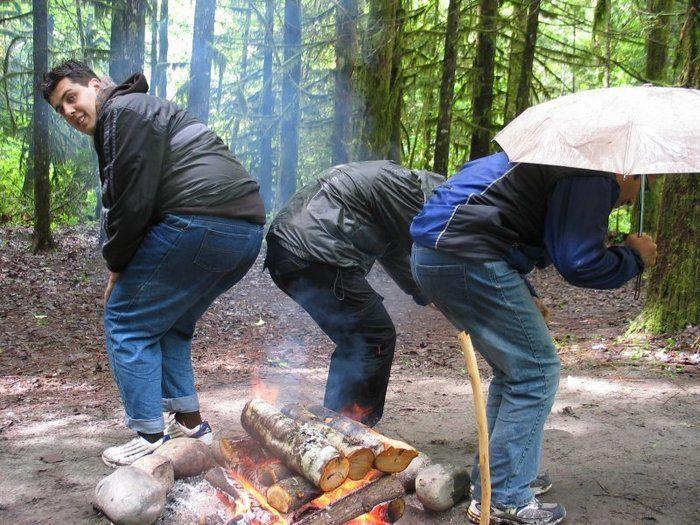 レインパンツを乾かす男性たち