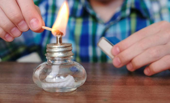 アルコールランプに火を付ける少年の手元