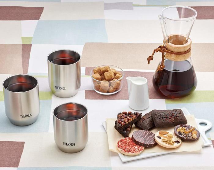 紅茶を入れたサーモスのコップとお菓子の写真