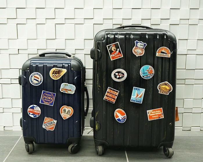 ステッカーを貼ったスーツケース