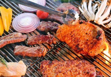 バーベキューで食材を焼いている写真