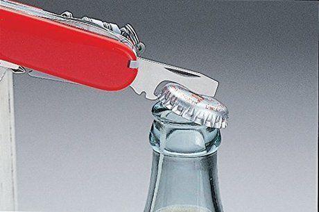 アーミーナイフで瓶のふたを開ける様子