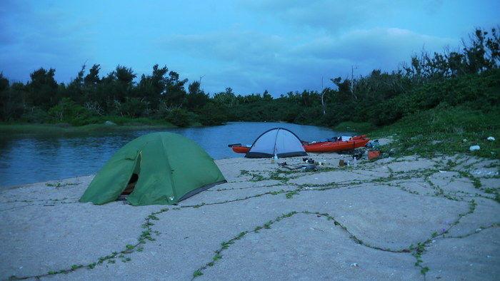 川辺にあるテント