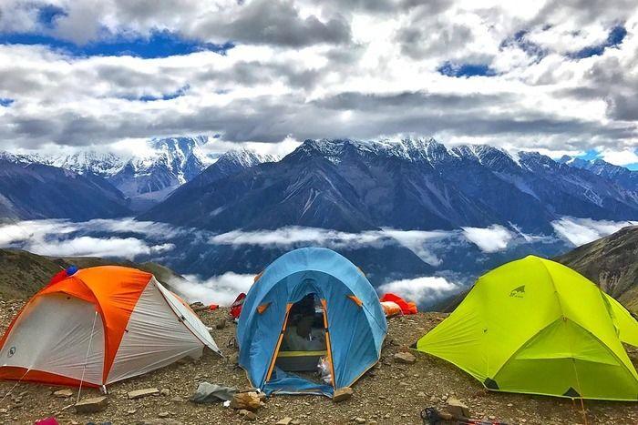 山々とテント