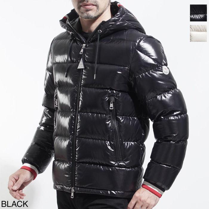 モンクレールのダウンジャケットを着ている男性