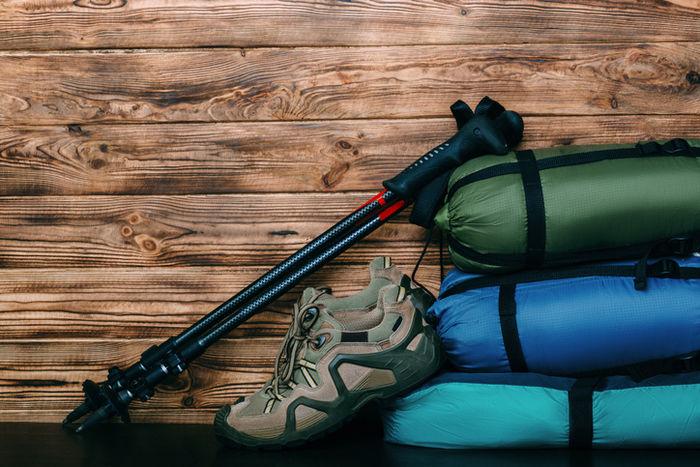 靴とテントのアウトドアグッズの写真