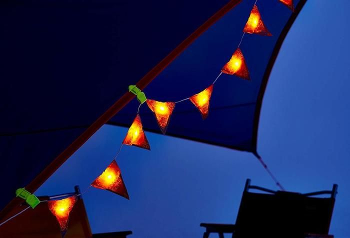夜に光っているフラッグの写真