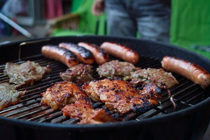 レンタルしたバーベキューコンロで肉を焼いている写真